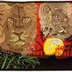 Lwy i zachodzące słońce